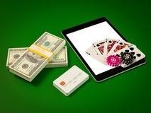 Kort och chiper för poker på minnestavlan arkivfoton