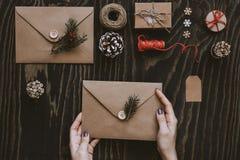 Kort och gåvor för jul handgjorda Hållande julkort för hand royaltyfria bilder