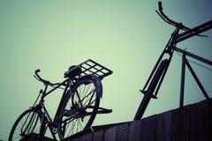 Kort och modell med cykeln arkivfoton
