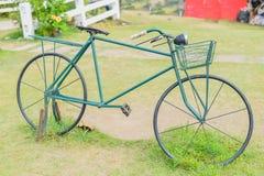 Kort och modell med cykeln Royaltyfri Bild