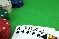 Kort och poker gå i flisor Arkivbilder