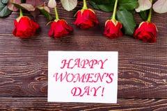 Kort och rosor för dag för kvinna` s royaltyfria foton