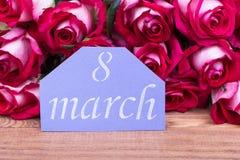 8 kort och rosor för marsch royaltyfri foto