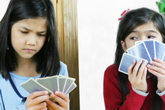 kort som fuskar flickor en som leker Fotografering för Bildbyråer