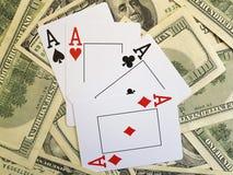 Kort som spelar dollarbakgrund som spelar tillfälleriskcloseupen Royaltyfri Bild