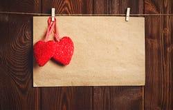Kort till dagen av St-valentin ark för tomt papper och röd hjärta på Arkivbilder
