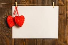 Kort till dagen av St-valentin ark för tomt papper och röd hjärta på Arkivfoto