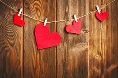 Kort till dagen av St-valentin och röd hjärta på trä Royaltyfri Fotografi