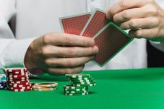 kortchiper hand spelarepoker s Fotografering för Bildbyråer