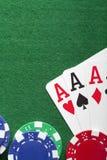 kortchiper som leker poker Arkivfoton