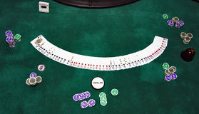 kortchiper som leker tabellen Arkivfoton