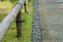 Korte Bamboeomheining en Stenen langs Weg Royalty-vrije Stock Foto's
