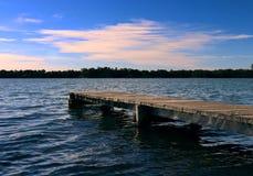 Korte Pier uit op Kalm Water stock afbeelding