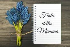 Kortet för dagen för moder` s med italienare uttrycker: Lycklig dag för moder` s Arkivbilder