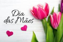 Kortet för dagen för moder` s med portugis uttrycker: Lycklig dag för moder` s Arkivfoto
