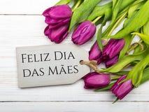 Kortet för dagen för moder` s med portugis uttrycker: Lycklig dag för moder` s, Arkivbild