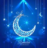 Kortet för den Ramadan Kareem berömhälsningen dekorerade med månar Arkivbild