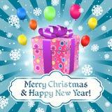 Kortet för glad jul och för det lyckliga nya året med gåvaasken, snöflingor, ballonger och bandet bugar Royaltyfria Foton