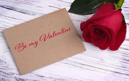 Kortet för valentindaghälsningen med den röda rosen och bokstäver är min valentin arkivfoton