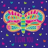 korthälsningen älskar jag dig Gullig fjäril med ljusa färgrika prydnader och hjärtor på ett mörker - blå bakgrund Arkivfoto