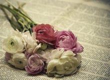 1 kortinbjudan Bukett av blommor på tidningen i retro stil Royaltyfri Bild