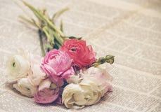 1 kortinbjudan Bukett av blommor på tidningen i retro stil Royaltyfri Fotografi