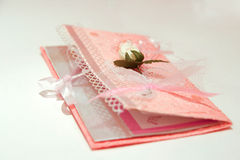 kortinbjudanbröllop arkivbilder