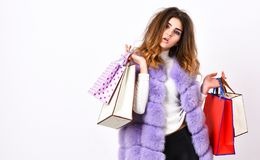 Korting Black Friday Het winkelen en Giften Het vest van de meisjesmake-up bont violette het winkelen witte achtergrond Het jonge stock fotografie