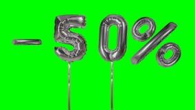 Korting 50 vijftig percenten van de zilveren banner die van de ballonverkoop op groene het scherm het winkelen aanbieding drijven stock video