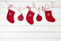 kortjul som greeting Julsockor på vit bakgrund Röd julgarnering kopiera avstånd Royaltyfri Fotografi