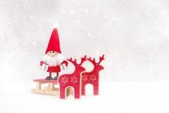 kortjul som greeting Jultomten med hjortar och snö Julsymbol Arkivbild