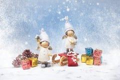 kortjul som greeting Noel gnomer, små gåvor, snötextur Julsymbol Fotografering för Bildbyråer