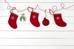 kortjul som greeting Röda sockor för jul på vit träbakgrund kopiera avstånd Royaltyfri Foto