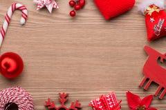 kortjul som greeting treen Röd garneringsamling för jul med copyspace ovanför sikt Royaltyfri Foto