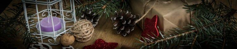 kortjulen style tappning Julprydnadar på träbakgrund Arkivbilder