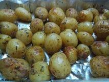 Kortkort grillade potatisar i ett silvermagasin Royaltyfri Fotografi