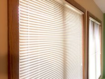 Kortkortet förblindar 2 wood fönsterramar Arkivfoto