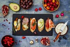 Kortkortet skjuter in matuppsättningen Brushetta eller autentiska traditionella spanska tapas för lunchtabell Läckert mellanmål,  Arkivbilder