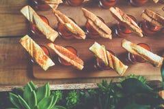 Kortkortsmörgåsar på såsexponeringsglas och suckulenter Arkivfoton