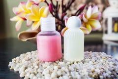 Kortkortuppsättning av duschbadtvål, schampo, hårbalsam på kiselstenen och Arkivfoton