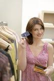 kortkreditering shoppar kvinnan Fotografering för Bildbyråer