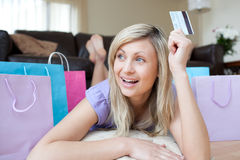 kortkreditering som rymmer den joyful shoppingkvinnan Royaltyfri Fotografi
