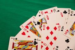 kortleken på grön förmögenhet för bakgrundskasinolycka spelar Arkivfoto