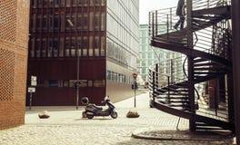 Kortsikt: europeisk gata med trappa och motobiketappning Arkivbild