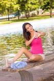 Kortslutningar för bärande rosa färger för brunettmodell bästa och vita Royaltyfri Bild