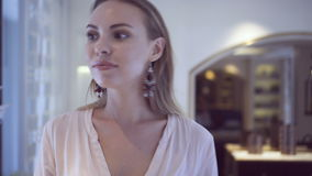 Kortslutningar för skjorta och för jeans för härlig kvinna för glamour som bärande går i hennes lyxiga lägenhet lager videofilmer