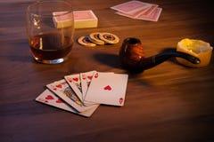 Kortspel i den sena aftonen, med stearinljus arkivbild