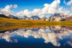 Koruldi湖美好的山风景视图在Svaneti国家公园 免版税库存照片