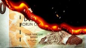 Koruna τσεχικό κάψιμο χρημάτων λογαριασμών στις φλόγες φιλμ μικρού μήκους