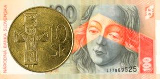 korunamynt för slovak 10 mot för korunasedel för slovak 100 avers fotografering för bildbyråer